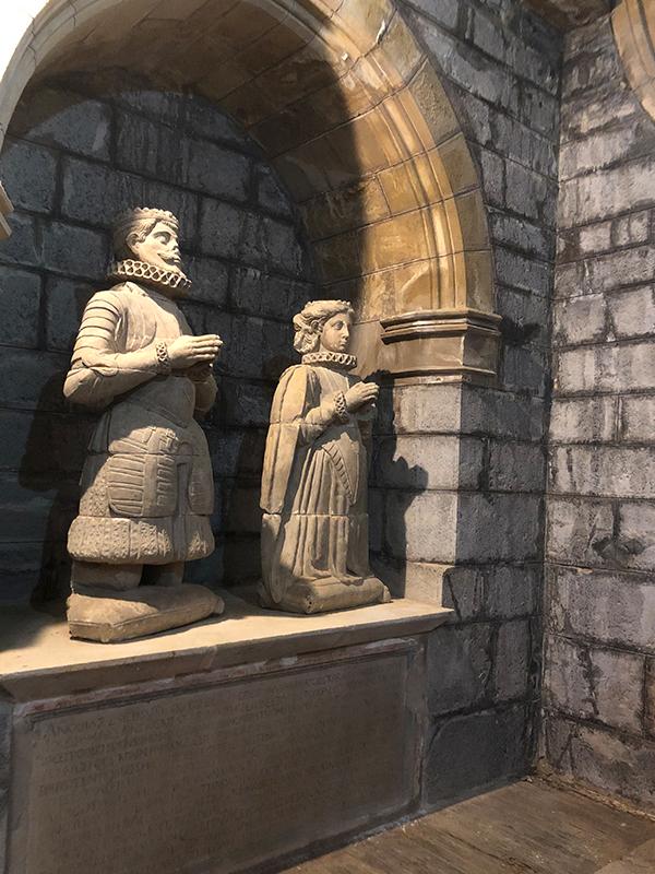 Figuras orantes del rey y su esposa.
