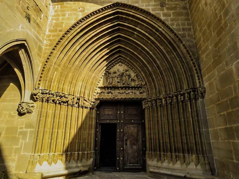 Ujué: Puerta principal de la Iglesia.