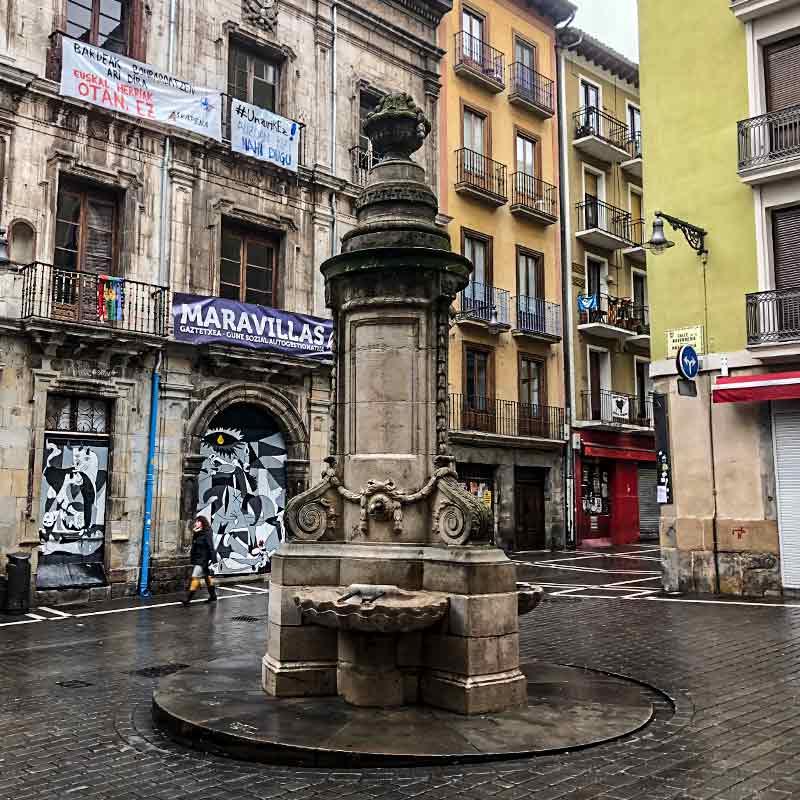 El Café Iruña es un café, bar y restaurante que se fundó en 1888 y está situado en la Plaza del Castillo de Pamplona, en pleno corazón de la ciudad. Este mítico Café es una parada obligatoria para la gente que visita Pamplona y que quiere conocer en primera persona las experiencias del escritor Ernest Hemingway.